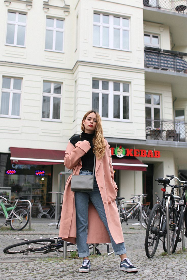 Outfit: The dusky pink oversized coat. Desi is wearing a Tibi coat, Céline Trio bag, Monki Mom jeans, Vans old skool sneakers, French Connection high neck top.