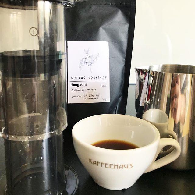 Gestern endlich mal wieder einen tollen AeroPress-Kaffee getrunken.  Der Hangadhi von den @spring_roasters schmeckt grossartig mit dieser Zubereitungsmethode. Und: Mit ein zwei Eiswürfeln wunderbar erfrischend.  . . . . . . . . . #springroasters #kaffee #aeropress #aeropressed #thirdwavecoffee #thirdwave #lightroast #floral #fruity #coffee #refreshing #spring #summer #icedaeropress #kaffeehaus #coffeebreak #cafezwei #coffeelove #basel