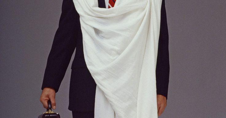 """Faça uma toga usando um lençol. A toga é um traje essencial para uma festa de toga e para uma simples fantasia de Dia das Bruxas ou qualquer outro tipo de festa a fantasia. Imortalizada no filme """"Animal House"""" (no Brasil conhecido como Clube dos Cafajestes), uma toga pode ser feita a partir de um simples lençol e é muito usada em festas de fraternidade da faculdade. Fazer sua ..."""