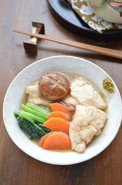 金沢の郷土料理「治部煮」を鶏胸肉で作るレシピです。ほっこり和む味は子どもも大好き!大人は柚子胡椒を添えて。味がぴりっと引き締まります。簡単でお野菜たっぷり、むね肉はちゅるんとやわらか♪おすすめの一品です。