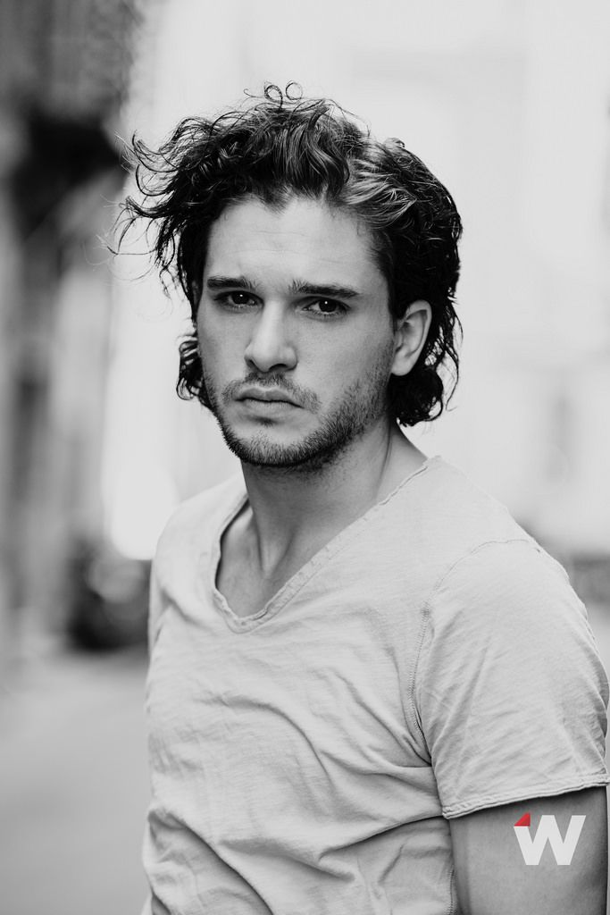 Actor Kit Harington en blanco y negro