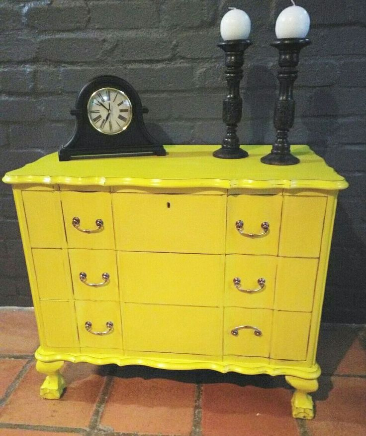 Annie Sloan English Yellow. https://www.facebook.com/carolizeinteriors/