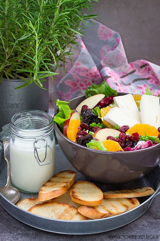 Sałatka owocowa z serem brie i sosem jogurtowo miodowym