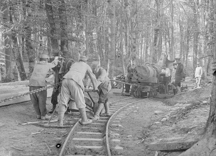 A partir de 1915, les trains à voie étroite de 0,60m ont circulé aux abords des fronts pour acheminer les différents matériels pendant la guerre de 1914-1918.