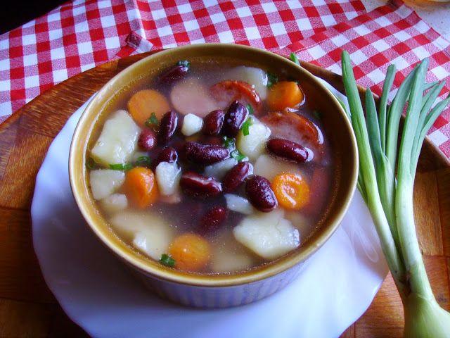 Kuchnia z widokiem na ogród: Zupa ziemniaczano - fasolowa z boczkiem i kiełbasą...