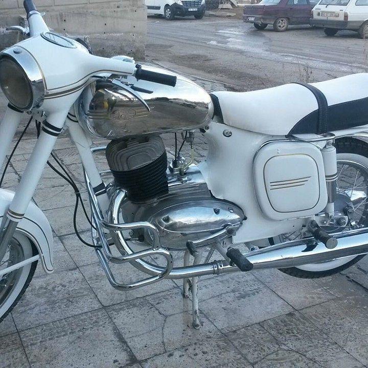 Jawa 250cc  Photo courtesy - @e_sariii  More photos on - http://ift.tt/1MOOLiU (Link in Profile) | #jawa | #jawamotorcycles.com | #idealjawa| #2stroke | #chrome | #Cz | #biker | #motorcycles | #smoking | #yezdi | #yjoci | #retro | #czech | #vintage | #vintagestyle |#india | #motorbike | #caferacer | #bikeporn | #instamotogallery | #dirt | #bike | #picoftheday | #gopro | #motocross | #motorcycleyard |