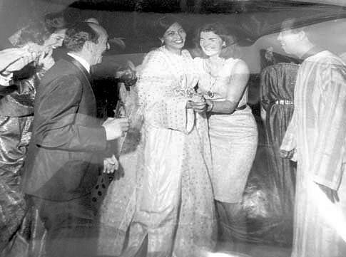 October 15, 1963: Jackie in Marrakech, Morocco, dancing after a black tie./Ph. Pinterest