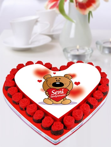 """İşte """"Seni Seviyorum"""" demenin en sevimli yolu! Kalbinizin dolduran gerçek aşkınıza, onu ne kadar çok sevdiğinizi bu resimli kek buketi ile gösterin, onu mutluluktan havalara uçuracak tatlı mı tatlı bu kek buketi ile sevginiz pekişsin!   http://www.ciceksepeti.com/seni-seviyorum-resimli-kek-buketi"""