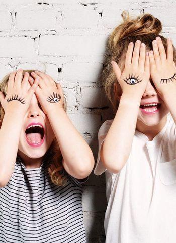 手に描いた目でウィンク!いたずらっぽい子どもの表情とアートの素敵なコラボレーションです。