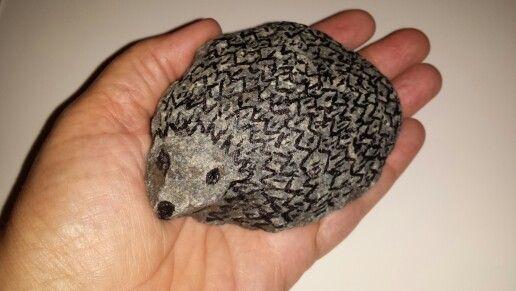 Deze steen omgetoverd in egel met watervaste stift