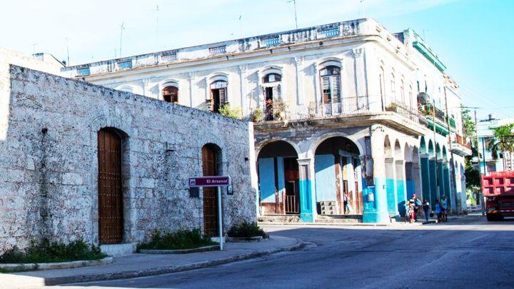 La Muralla de La Habana, andando tras la historia  https://havanaprivatesuite.com/publicaciones/970/la-muralla-de-la-habana-andando-tras-la-historia  Otra de las respuestas de la corona española al constante asedio de Corsarios y Piratas fue La Muralla de La Habana, un muro de piedra que circundó la parte principal de la ciudad y que incluso la dividió en La #Habana de intramuros y La Habana de extramuros...