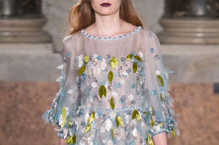 Vuoi sentirti come una ninfa dei boschi? Ispirati al vestito super primaverile (nonostante sia pensato per la sua nuova collezione invernale) con foglie di setaapplicate, byLuisa Beccaria.