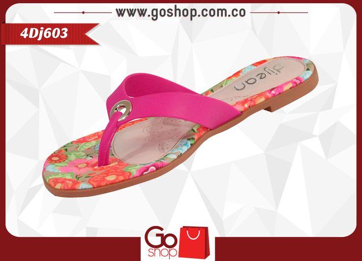 Sandalia Dijean plana, color pink (rosa), de capellada sintética tres puntas y plantilla multicolor, altura 1cm. perfecta para las jovencitas modernas y arriesgadas