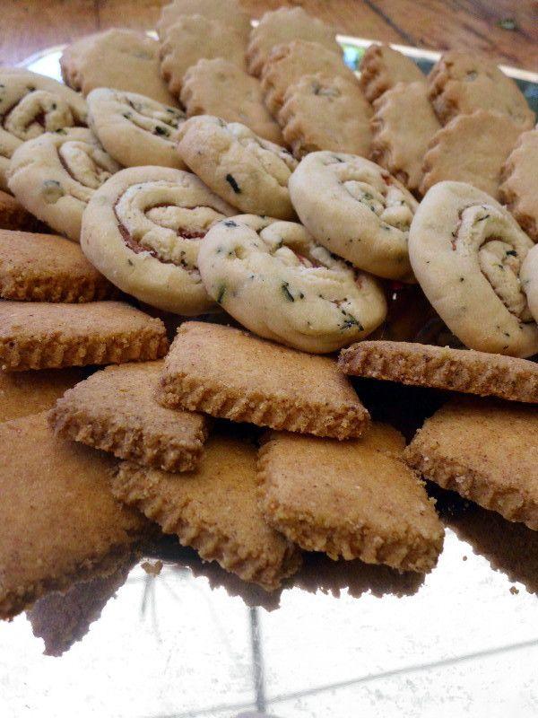 Pasticcini salati tre in uno! Biscottini al mais e paprika, girelle al tè affumicato e prosciutto, #biscotti al farro, miele e semi di girasole. Un'idea originale, semplice e veloce per il tuo #buffet. La #ricetta sul blog :)