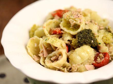 Salata de paste cu ton, rosii uscate si broccoli