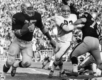 RAIDERS SUNDAY December 7, 1969 - Hewritt Dixon rushing against the Bengals. (Ron Riesterer / Oakland Tribune)