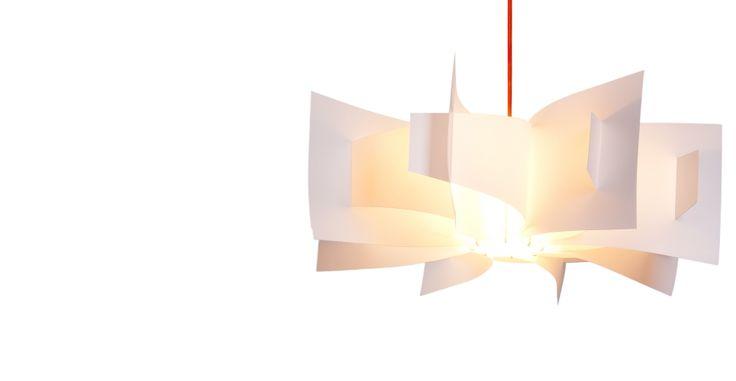 Con un design ispirato ai fiori di loto, le pieghe ondulate di questa lampada creano un'illuminazione morbida  e avvolgente, anche con lampadine a risparmio energetico.