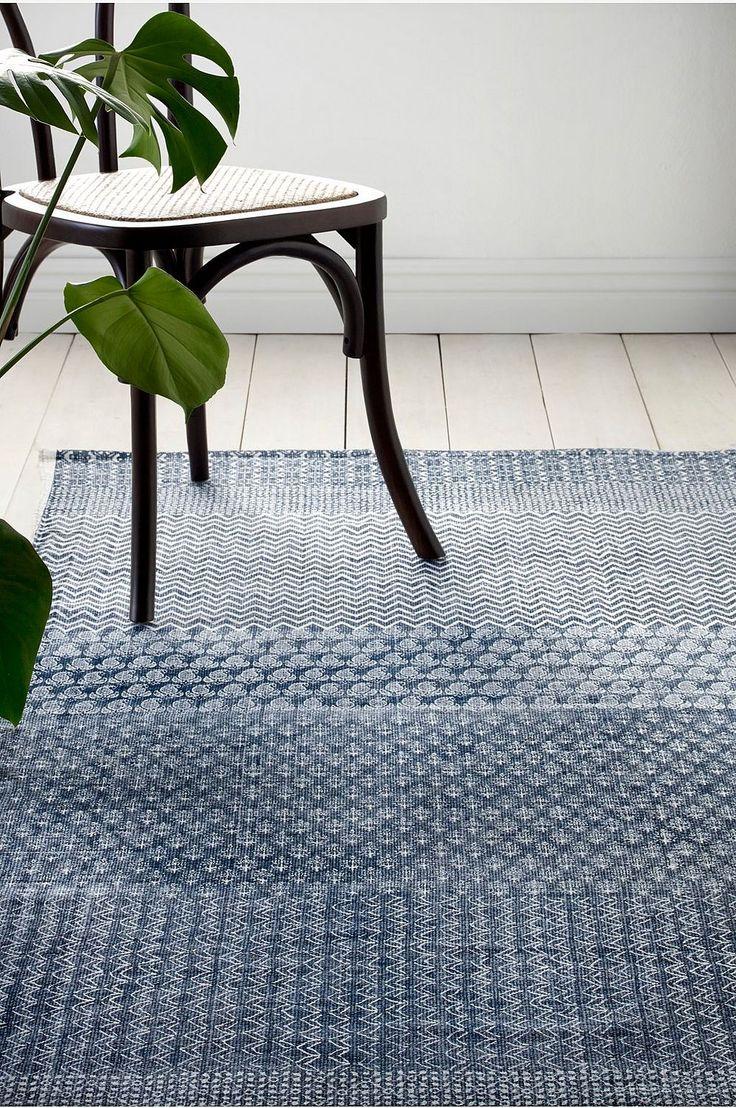 Håndvevd teppe med trykt mønster. Av 100% bomull. Vask 40°. Vaskes separat. Str 140x200 cm. For økt sikkerhet og komfort, benytt en antiglimatte som holder teppet på plass. Antiglimatten finnes i flere ulike størrelser her på Ellos.