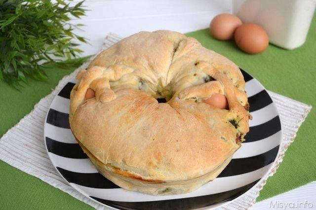 Il casatiello salsiccia e friarielli è una variante del classico casatiello napoletano che preparo ogni anno a Pasqua. L'impasto base quindi è lo stesso, ma