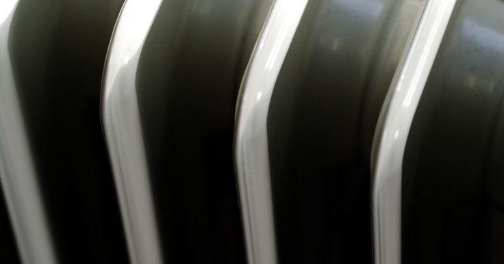 """Cómo arreglar un calentador de aceite que se apaga. Los calentadores de aceite funcionan calentando el aire frío cuando pasa entre los alerones de metal del calentador, o """"columnas"""". Aunque menos eficientes que otros tipos de calentadores, los de aceite siguen siendo populares para dormitorios sin calefacción, sótanos y otros espacios cerrados. Solucionar problemas con tu calentador de aceite ayuda ..."""