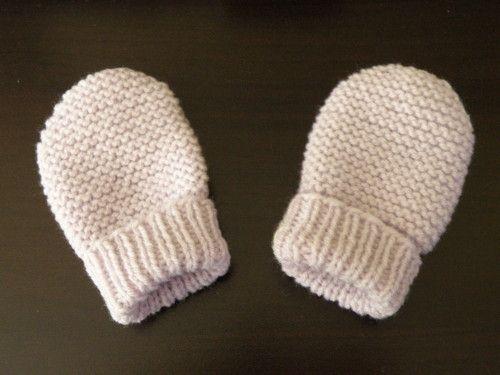 Moufles bébé 0/3 mois, aiguilles N°2,5 et 3. Modèle trouvé ici FOURNITURES : - De la laine layette, 25 grammes suffisent. - Des aiguilles à tricoter numéro 2.5 et 3, - votre mètre de couturière, - et une aiguille à coudre la laine. ECHANTILLON : 10 cm...: