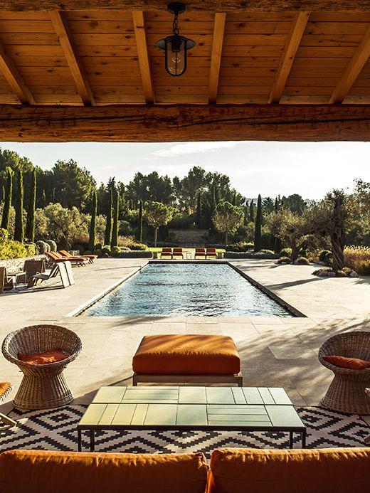 Un mas perdu dans les oliviers, une inspiration vintage… ici, la piscine semble n'attendre que Romy Schneider et Delon. Joliment nostalgique et très ensoleillé / © Matthieu Salvaing