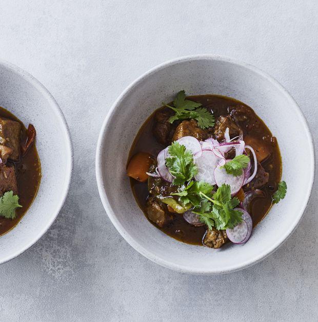 Lav en kraftig gryderet med langtidsstegt svinekød, chili og friske krydderurter.