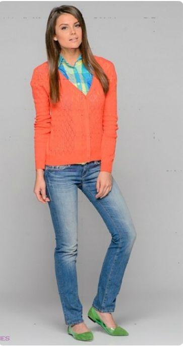Оранжевый кардиган, клетчатая рубашка, светлые джинсы, зеленые туфли