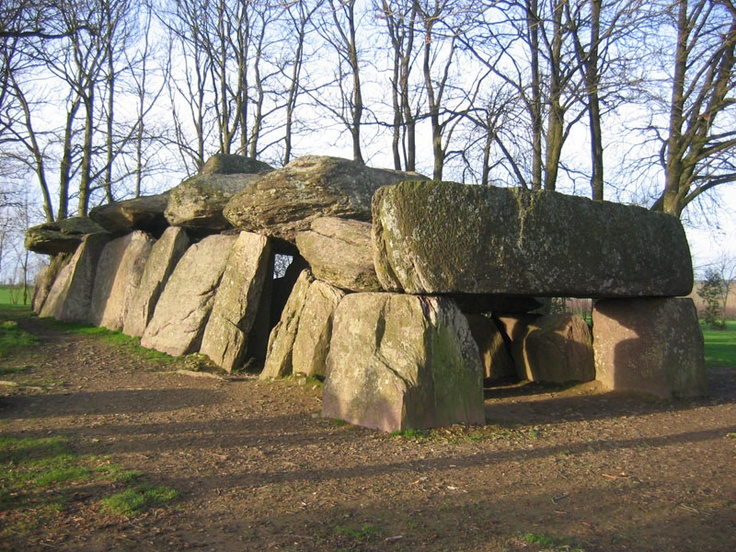 La Roche aux Fées est une allée couverte, d'une longueur de 19,5 mètres.