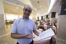 Nuestro Maitre Sebas, os da la bienvenida al Restaurante del Hotel Tres Anclas de la Playa de Gandia.