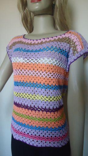 Linda blusa feito a mão em crochê, veste tamanho M. Possui 45 cm de larura e 60 cm de comprimento. Peça super charmosa. Feito em lã de algodão; Deve ser lavada manualmente;