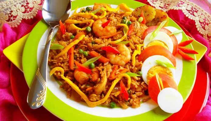 Surinaams eten – Nasi Speciaal (nasi met kip, garnalen en hardgekookte eieren)