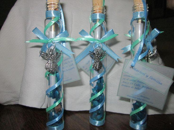 Invitación para bautizo de niño en cilindro de vidrio con listones, dije y popourri. Baptism invitations boy.