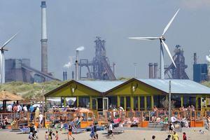 Strandpaviljoen Timboektoe bij Wijk aan Zee. (Marcel van den Bergh / de Volkskrant)