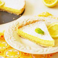 Лимонная выпечка давно уже полюбилась. Чего только не готовят: пироги, кексы, маффины, пирожные, печенья, тарты...Готовят лимонные пироги из любого теста: слоеное дрожжевое и бездрожжевое, песочное сладкое и несладкое, сдобное, на сметане, на кефире и т.д. Для начинки можно использовать только мякоть лимона или же его целиком, вместе с кожурой.      Больше рецептов аппетитных пирогов:        Шарлотка