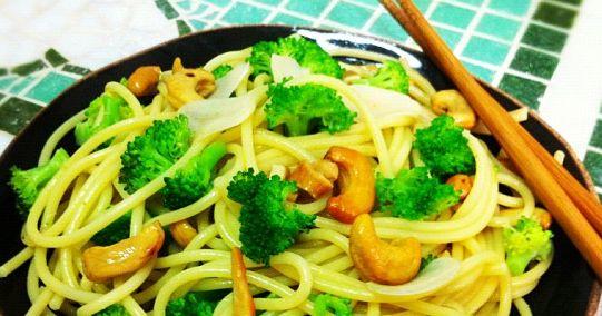 Ingredientes 200 g de macarrão de sua preferência (sem ovos) 1/2 maço de brócolis 1/2 xícara de castanha-de-caju