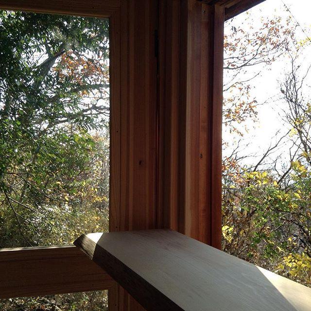 【koyadiy】さんのInstagramをピンしています。 《小屋から、かすかに見える相模湾 今年のゴールデンウィーク⒊⒋⒌⒍⒎日5日間で小屋を作ります。参加者募集中。  岐阜県長良川沿いの杉の一本の木をそのまま使い壁、柱など温もりを感じる空間。  オーガニックなパン屋、喫茶店、雑貨屋、写真や読書、音楽を聴く趣味などに  海抜380mほどの山の上。強運と縁結びの神、伊豆山神社本宮を氏神様とする場所。青く輝く相模灘と初島をのぞむ山の中でDIY。詳しくはプロフィールウェブサイトをご覧ください。 #小屋 #木 #森 #柿渋 #伝統 #japan #海 #山 #diy #伊豆山神社 #atami #熱海 #岐阜 #トトロ #三重 #イマソラ #無垢 #国産杉 #日本の森 #yuica #モバイルハウス #タイニーハウス  #侘び寂び  #wabisa #エコ #オーガニック #循環社会 #チルチンびと #cabin #interiors》