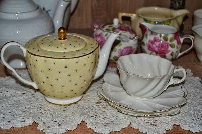 Poplap met 'n Stoflap: Uit my hoek/ From my corner Pretty teapot and vintage cup.