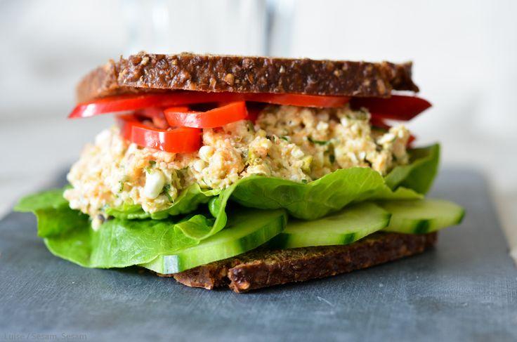 Her er et lille hurtigt tip til en nem, sund og lækker frokost. Jeg er glad for tun og ret begejsret for tunsalat som en god frokost i weekenderne (eller på hjemmedage i læseferien - og dem er der mange af for tiden). Det bliver tit bare lidt improvisation, ud fra hvad køleskabet nu byder på,