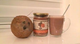 Test: Amanprana Gula Java Cacao de gezonde prestatiedrank Geschreven door Marjan van Delden voor Eigenwijs Blij.  Ik ontving van Amanprana een potje Gula Java Cacao om te testen. De tekst op het potje alleen al doet je watertanden: De zoete nectar van de kokosbloesem wordt door tappers hoog in de bomen geoogst. Boven het houtvuur in de ketel verandert de nectar langzaam roerend in pure energie. Als ik vervolgens het potje opendraai en mijn neus boven de Amanprana Gula Java Cacao-poeder houd…