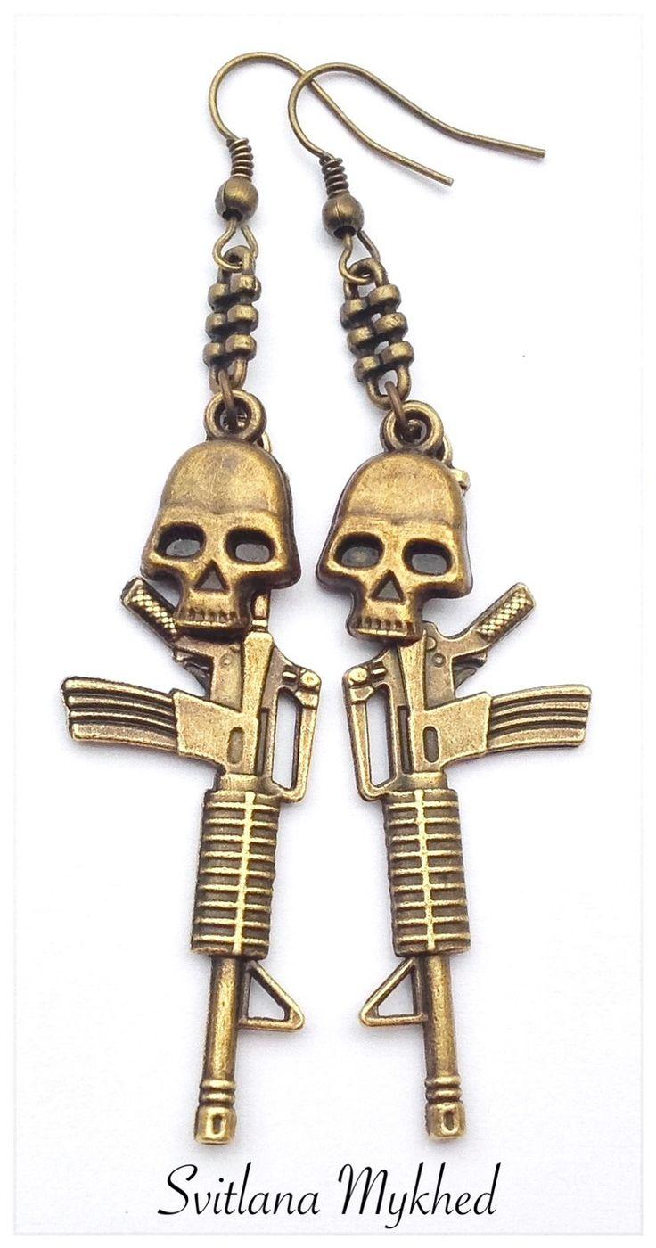 """Boucles d'oreilles """"Fusil Américain M16. Fusil d'assaut Kalachnikov. Arme. Tete de mort"""". Style gothique, punk, rock."""