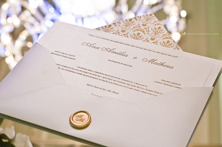 Convite de casamento com lacre de cera, impressão em relevo americano e um lindo padrão damasco no forro do envelope.