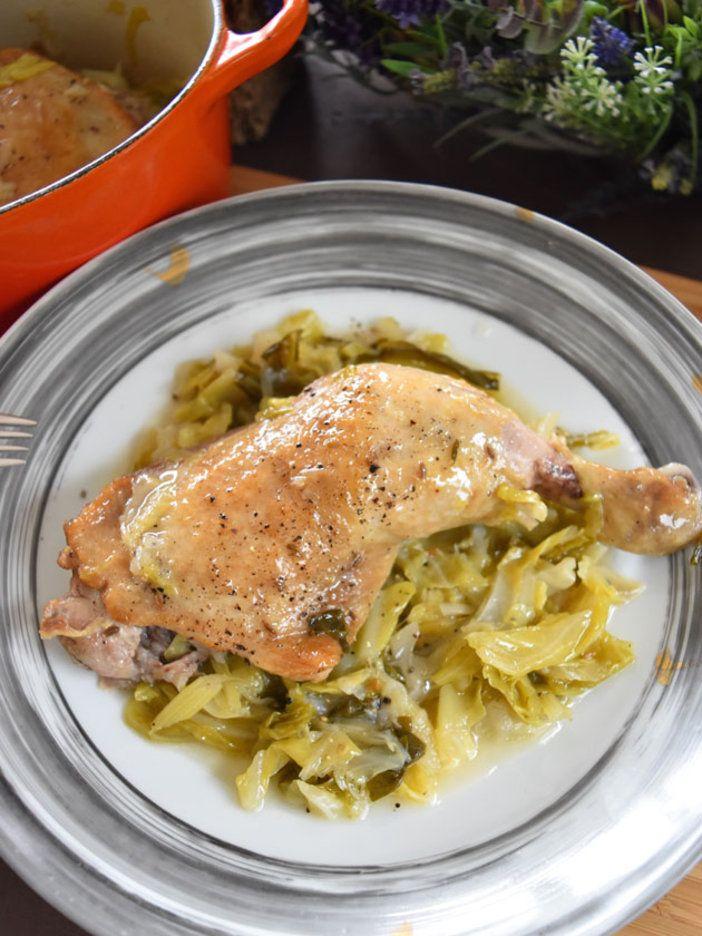 水分を足さなくても、鶏もも肉はキャベツの水分で蒸し上げられ、ほろほろとしたやわらかさに。肉と野菜がお互いの旨みを高め合う相乗効果を味わって。|『ELLE gourmet(エル・グルメ)』はおしゃれで簡単なレシピが満載!