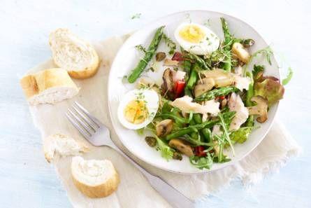 Salade met gerookte forel, asperges en ei