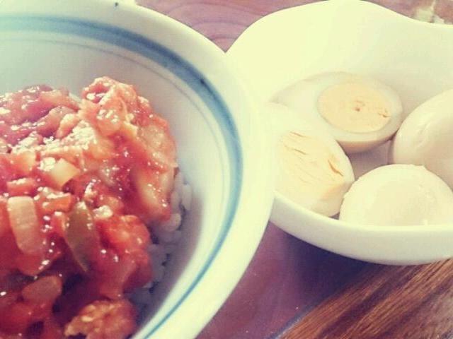 昨日の夕飯の残りと、お弁当の残りで手抜きお昼ごはん笑 - 12件のもぐもぐ - エビチリ丼と味玉 by ほっぺ