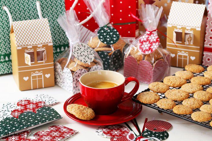 Amaretti - pyszne włoskie migdałowe ciasteczka. Idealnie nadają się jako prezent pod choinkę. Fantastyczne jako mały, słodki dodatek do kawy.