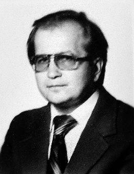 Po ojcu powinien nazywać się Kardaszewski. Ale nie nosi nazwiska po ojcu. Ma je po człowieku, który zmarł na wiele lat przed jego narodzeniem. Jako nieślubne dziecko, dostał nazwisko po mężu matki.…