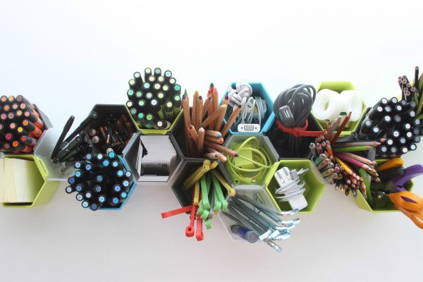 Удобные стаканчики для хранения бытовых мелочей  Новая модульная система позволяет организовать хранение мелких вещей  - и сделать это красиво. Небольшие разноцветные стаканчики, объединенные в группы, пригодятся на кухне и в мастерской, удобно расположатся на письменном столе или стене.    дизайн, системы хранения