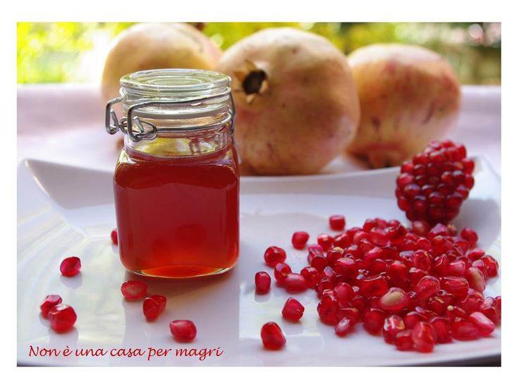 Oggi vi suggeriamo la gelatina di melagrana, dall' invitante color rosso rubino, che si prepara utilizzando solo il succo di questo delizioso frutto autunnale