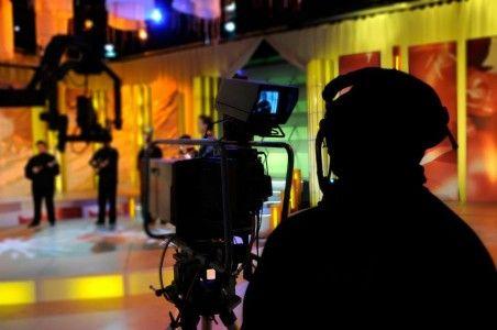Faire carrière dans la production cinématographique et télévisuelle, voilà une perspective attirante, surtout si l'on considère la contribution canadienne tant sur le plan local qu'international. Les James Cameron et Fabienne Larouche ne se sont pas faits en un jour, ni tout seuls d'ailleurs. Il y a tellement de métiers et de carrières dans l'industrie du cinéma et de la télévision que les opportunités dans le marché canadien ne manquent pas pour les désireux d'explorer cet univers…